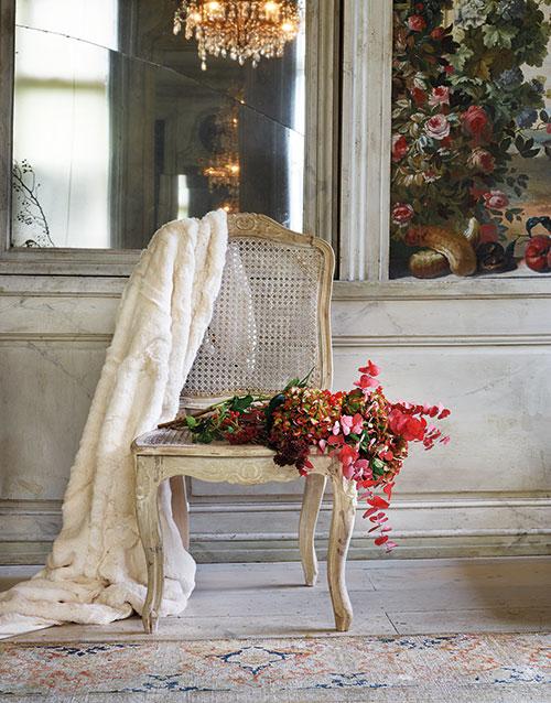 Bind en annorlunda julbukett med hortensia, färgad eucalyptus, kärleksört och viburnumbär. Rokokostol med rottingsits, 3 380 kr, Frejas boning. Pläd i fuskpäls, 1 595 kr, Newport. Matta Orient, 41 500 kr, Newport.