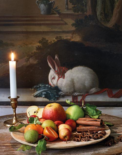 Lägg upp säsongens frukter på stora fat av tenn och trä – resultatet blir som en målning! Träfat, 250 kr, Malaika Cotton. Antika ljusstakar från 900 kr/st, Oscar & Clothilde. Pelarbord från 1800-talet, 2 800 kr, Millings Antik. Väggmålningen finns i franska salongen på Nyckelvikens Herrgård.