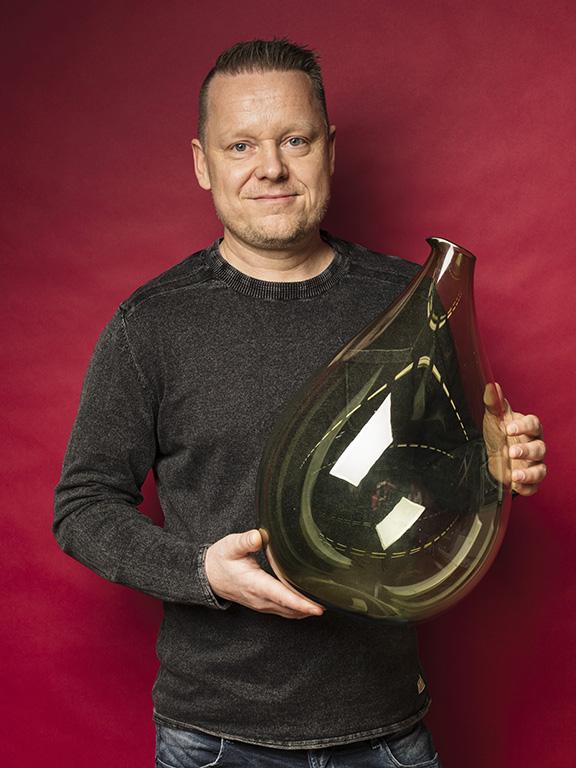 Per Bergbom kompletterade sin samling glas av Kjell Blomberg, Gullaskrufs glasbruk, med den här 44 cm höga vasen för 1900 kr.