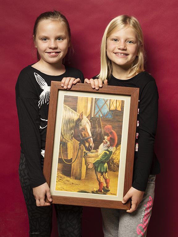 Bästisarna Elda Axelsson och Madeleine Strömholm köpte en tavla med tomtemotiv för 50 kr.