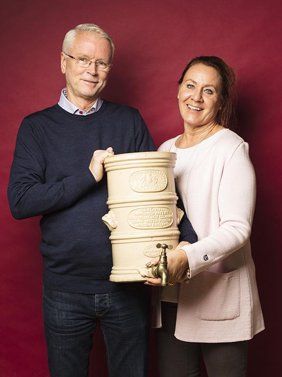 Carina och P.O. Claesson med sitt ovanliga fynd, en gammal vattenrenare från England, som de gav 500 kr för.