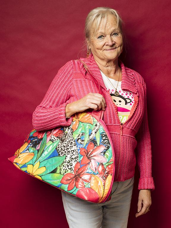 Marit Frost var härligt färgmatchad med sin nya väska med jungelmotiv, fyndad för 50 kr.