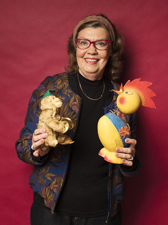 Marie-Louise Hallström hittade leksaker till sitt eget museum, en apa för 175 kr och en påsktupp för 80 kr.