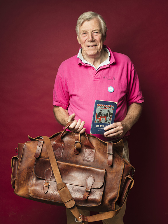 Winston Håkanson fyndade en vackert patinerad weekendbag i läder för 600 kr och en fransk parlör från 1920-talet, utgiven av Radiotjänst, för 50 kr.