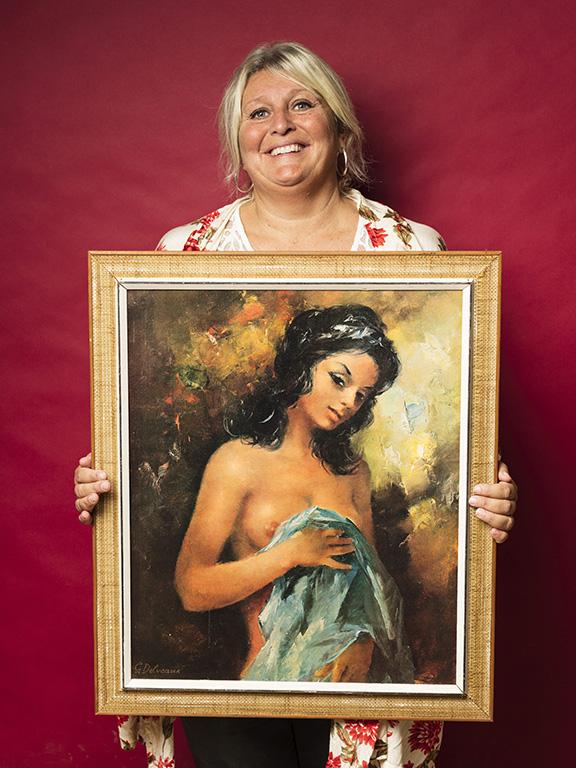 Lisbeth Lind var nöjd med sitt inköp, en tavla med ett lätt ekivokt motiv.