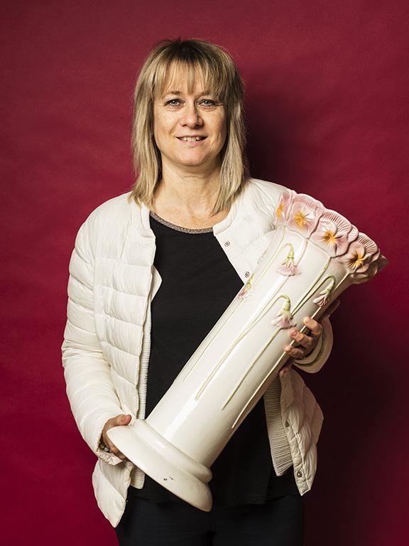 Sussi Mathisson fyndade en vit porslinspiedistal med vackert blommönster.