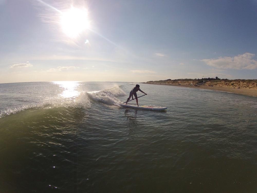 Lucie découvre le SUP sur les vagues.