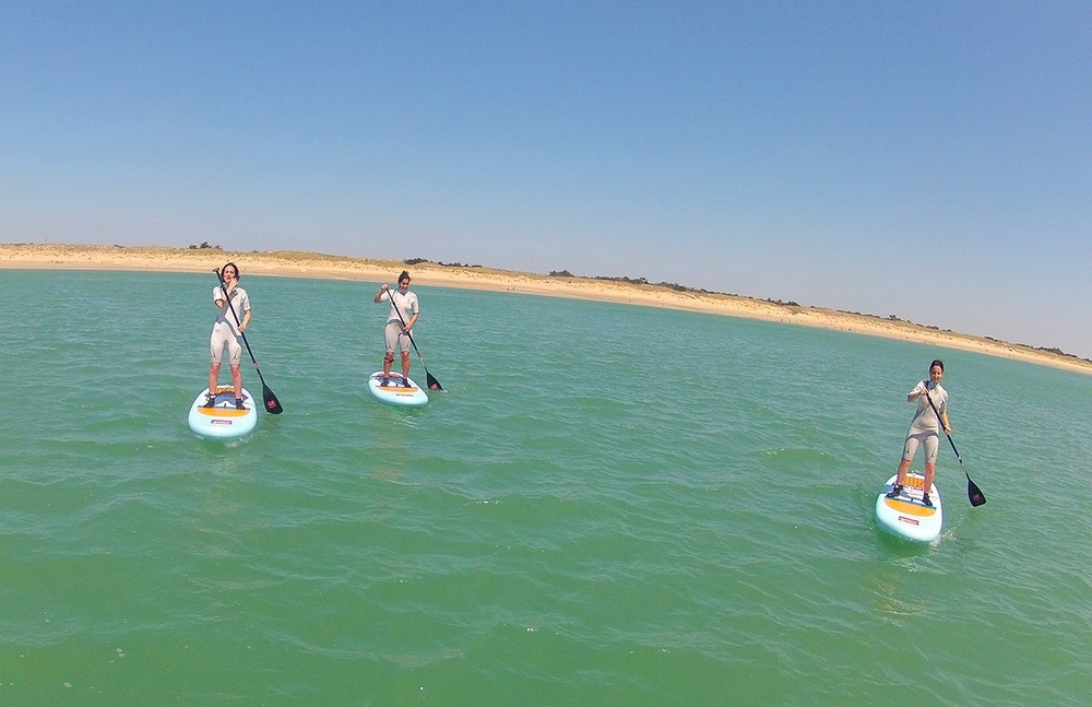 Les fille porté par le vent en paddle