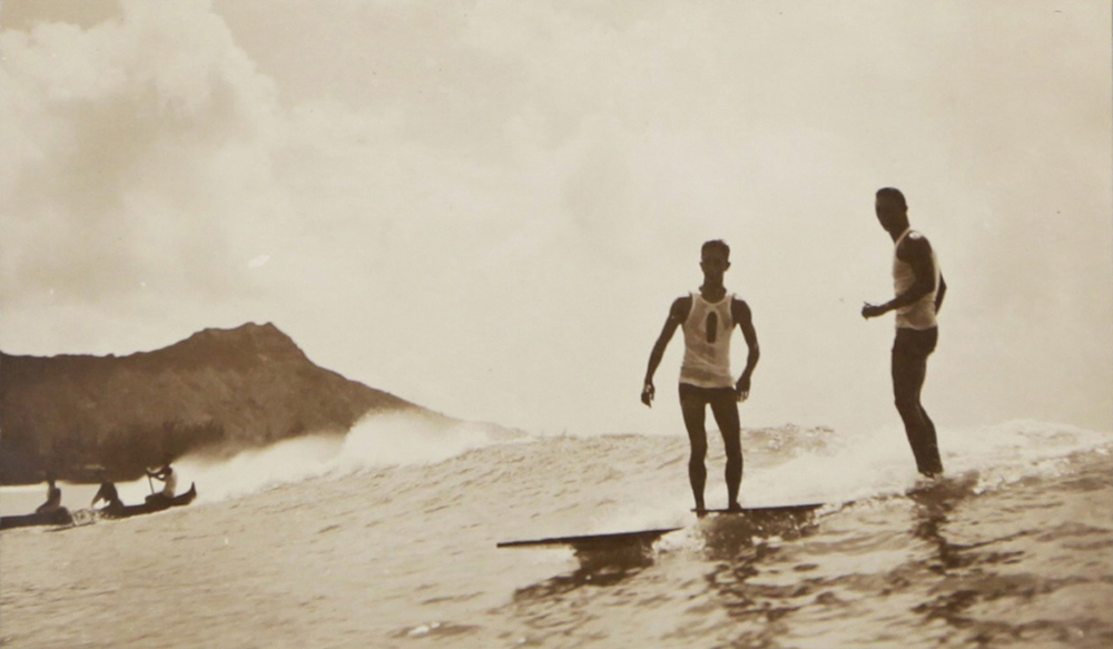 1940 Duke Kahanamoku fait découvrir le SUP alors inconnu du grand public.