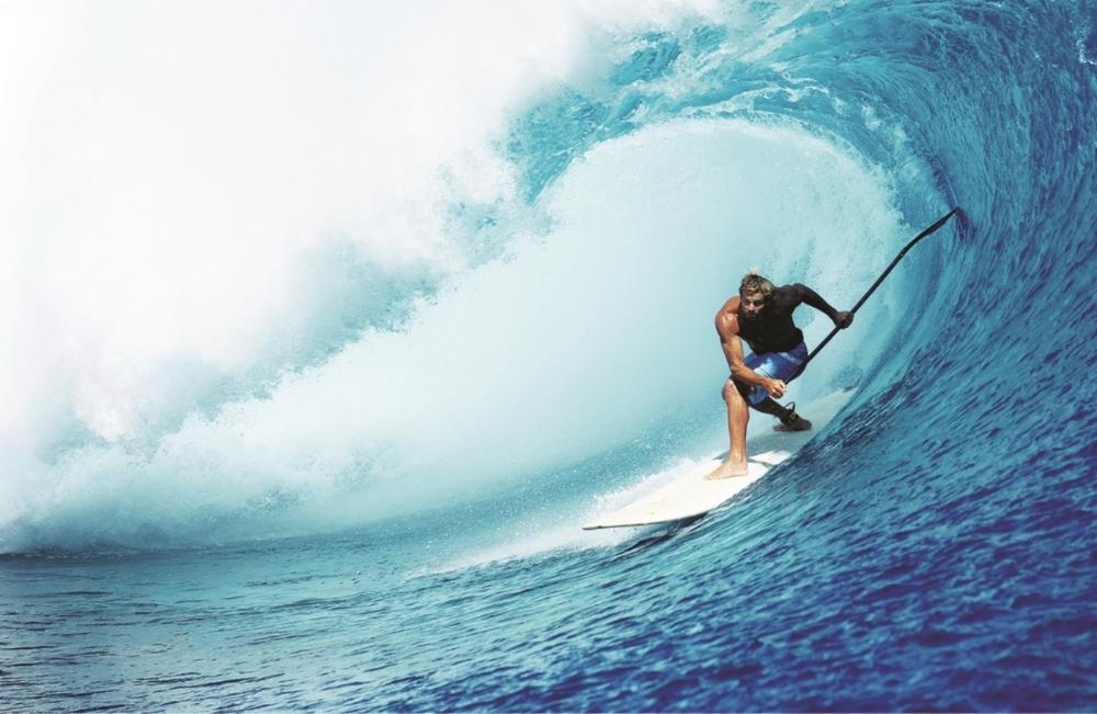 1990 Laird Hamilton légende hawaïenne et très médiatique du surf relance le SUP., qui connaît depuis un succès croissant.