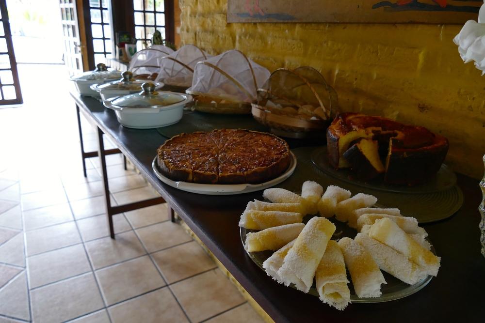 Petit déjeuner au Sossego, en premier plan des Tapiocas de petites galettes typiques à base de farine de Manioc
