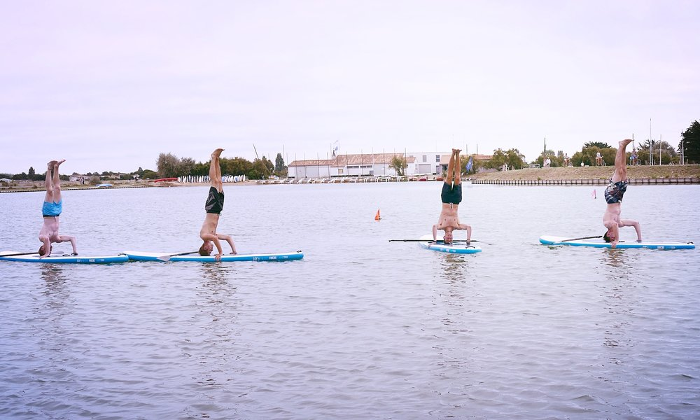 STAND UP PADDLE FITNESS / YOGA Remise en forme sur les planches de paddle. Abdos, fessiers, épaules, cuisses tous les muscles sont sollicités... Sans oublier le final Yoga. Quelques postures pour finir en souplesse.
