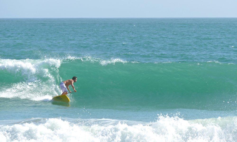 STAND UP PADDLE SURFING Des cours d'initiation et de perfectionnement dans les vagues sur la plage des Gollandières tous les jours. Des stages pour apprendre à surfer en SUP.