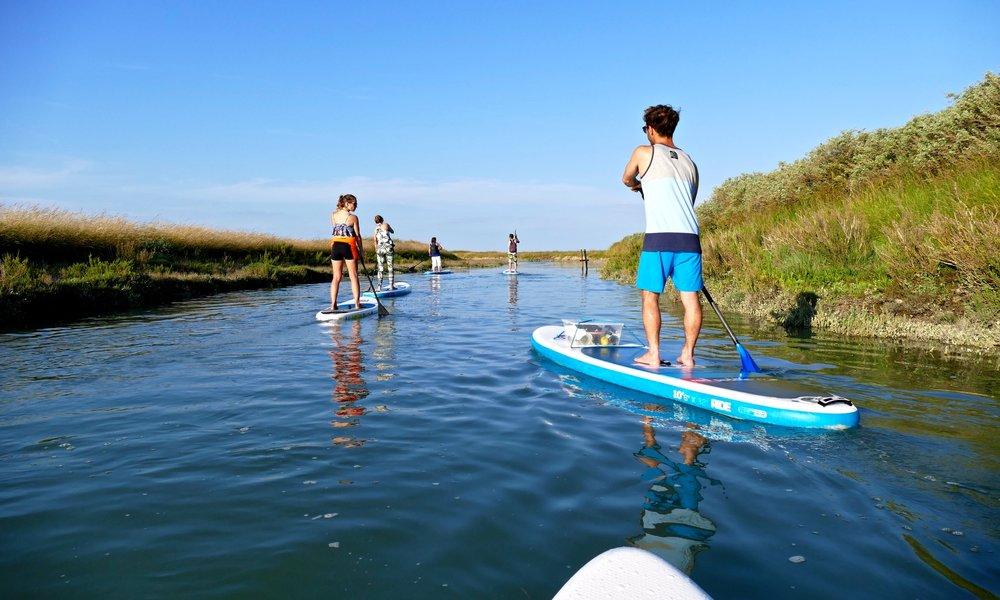 STAND UP PADDLE RANDO Des balades dans les marais de l'île de Résur réservation : randonnée sur l'eau . Un moyen écologique de découvrir le patrimoine naturel, sauvage de l'île de Ré depuis les eaux.