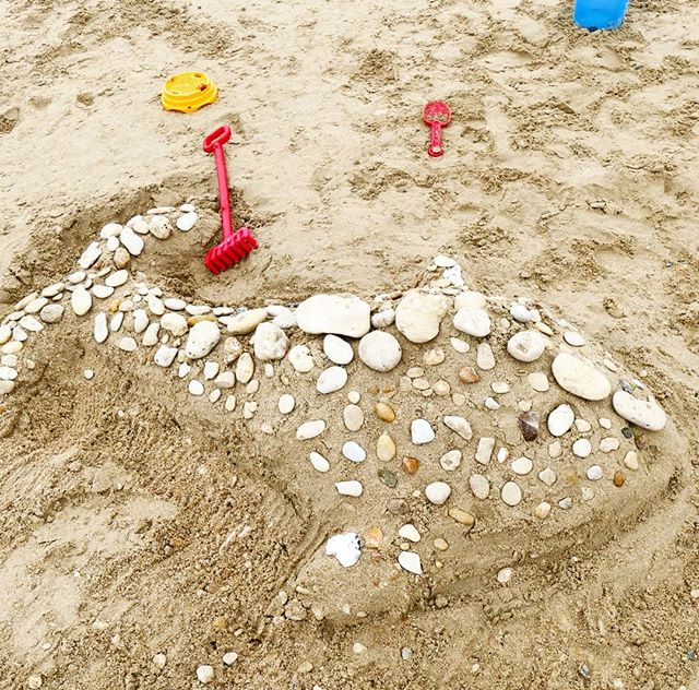 Concours de châteaux des Papaï Kids ! 🐳 ❗ Infos importantes ❗ Nous changeons nos horaires, à partir de ce week-end, nous serons fermés le dimanche mais serons ouverts les samedis après-midi à l'animation ! Et comme nous avons fermé jeudi matin à cause de la météo plus qu'incertaine, nous serons exceptionnellement ouvert demain matin, samedi 11 août ! Qui sera là ?! 🌞 - - #challenge #chateaudesable #baleine #whale #concours #Papaïkids #papaïplage #sable #plage #iledere #ilederé #charentemaritime #art #beachart #beachlife