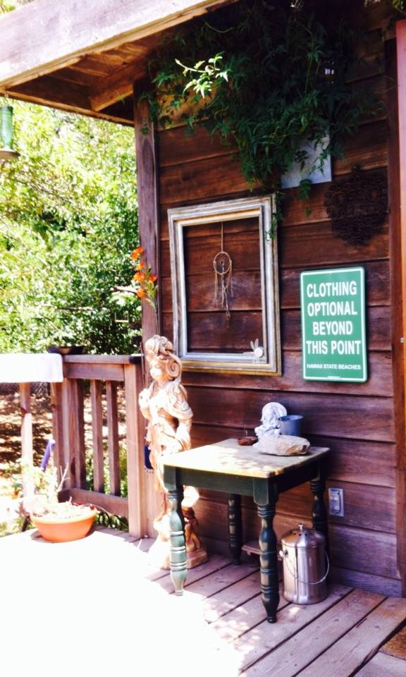 The entrance to the yurt...hippies welcome !