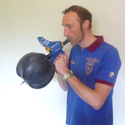 Nella foto: Marco Cattaneo, due volte vincitore di Coppa del Mondo di sci di fondo lunghe distanze, allena la resistenza dei muscoli respiratori con SpiroTiger