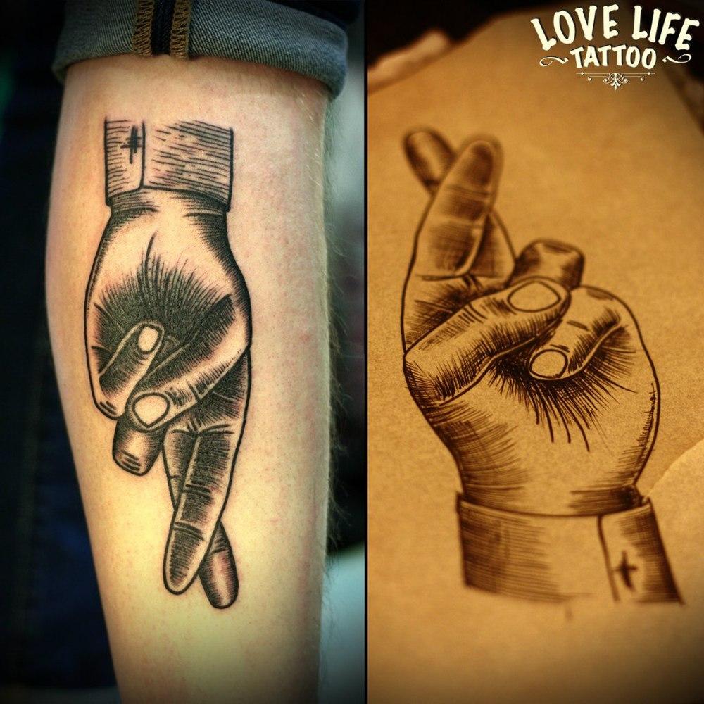 татуировка скрещенных пальцев руки