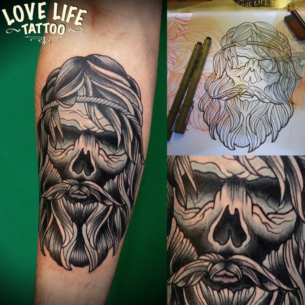татуировка черепа хиппи
