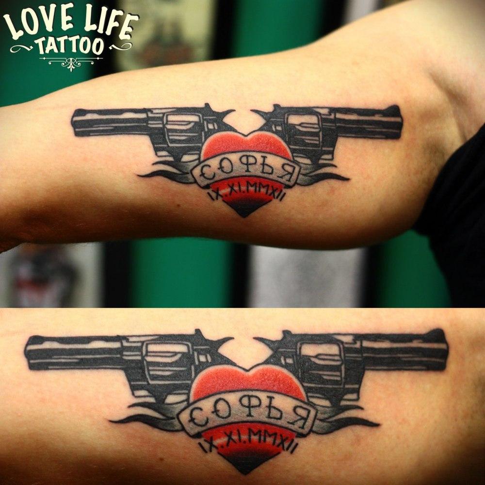 татуировка пистолетов с сердцем