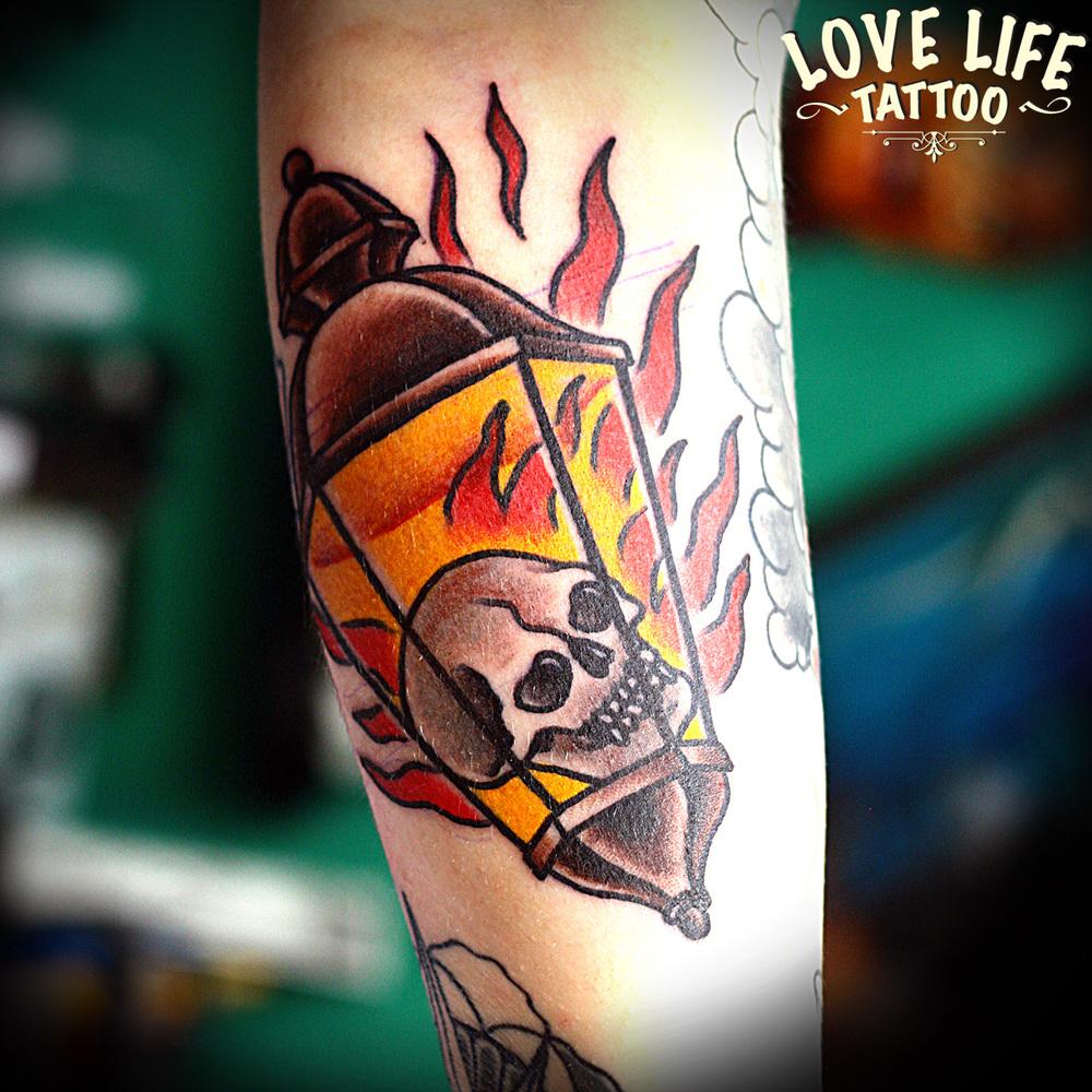 татуировка фонаря с черепом