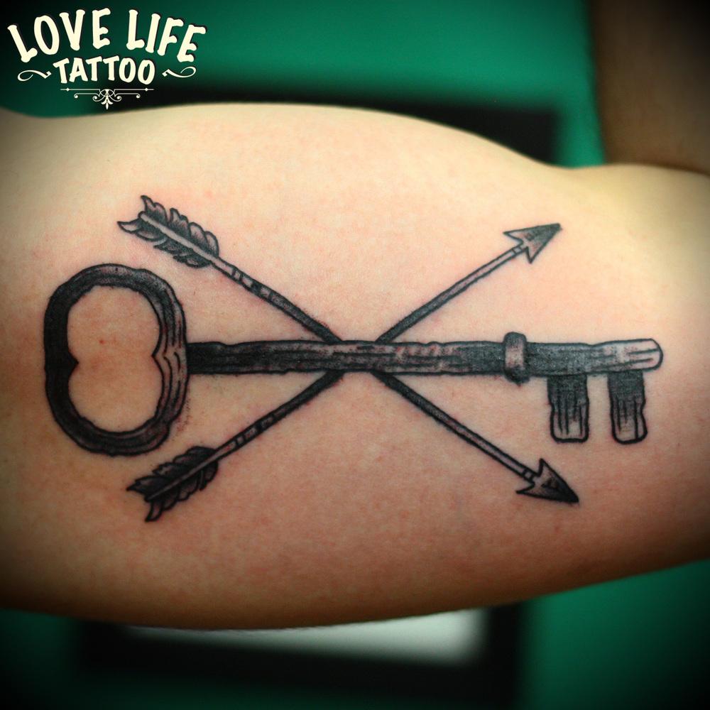 татуировка ключа со стрелами
