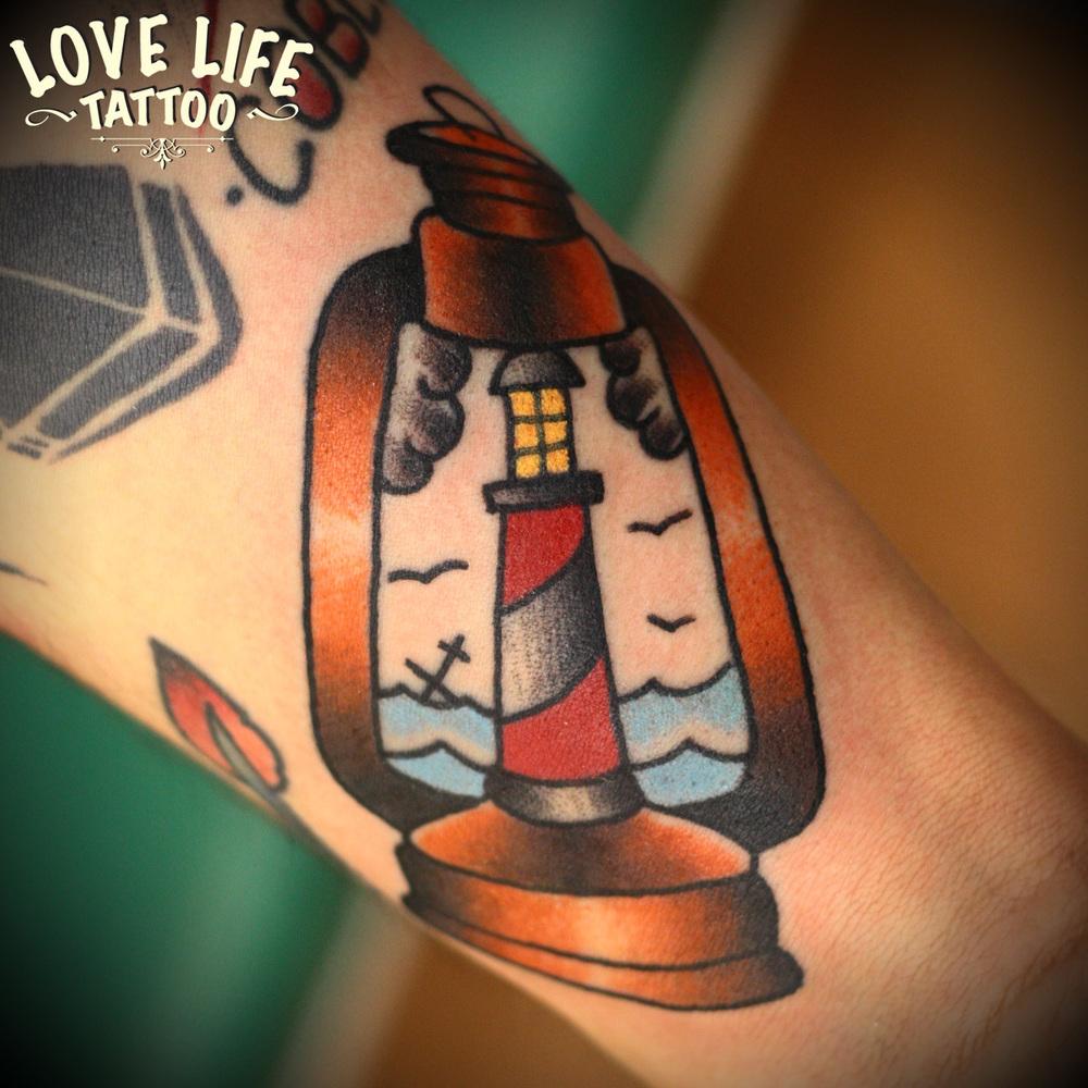 татуировка маяка в лампе
