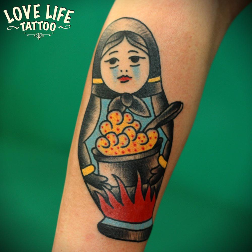 татуировка матрешки с кашей