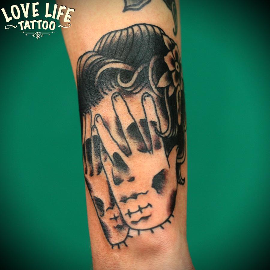 татуировка головы с руками