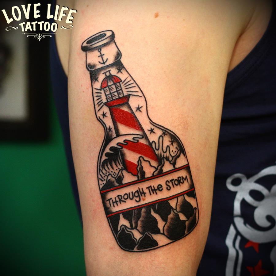 татуировка бутылки с маяком