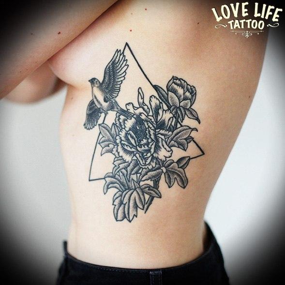 татуировка цветка с птицей