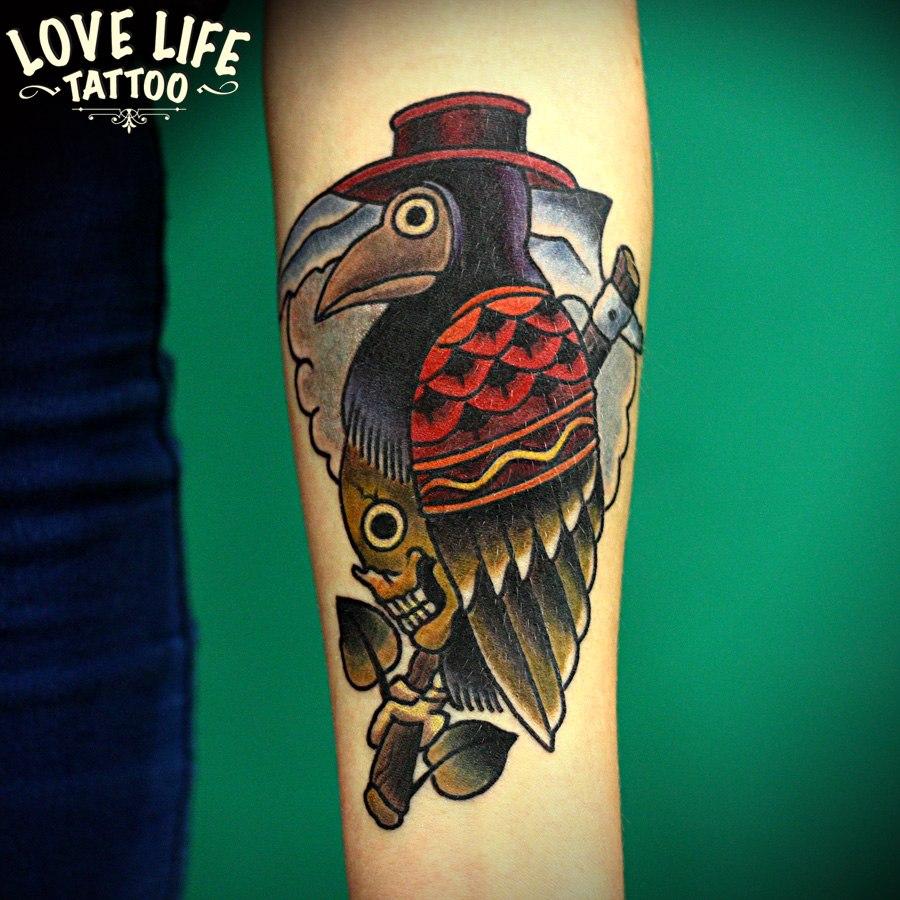 татуировка птицы в шляпе