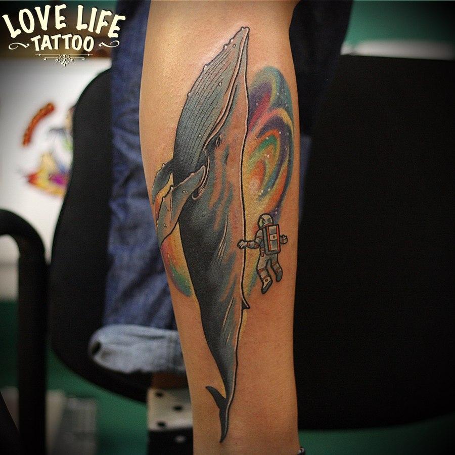 татуировка кита с космонавтом