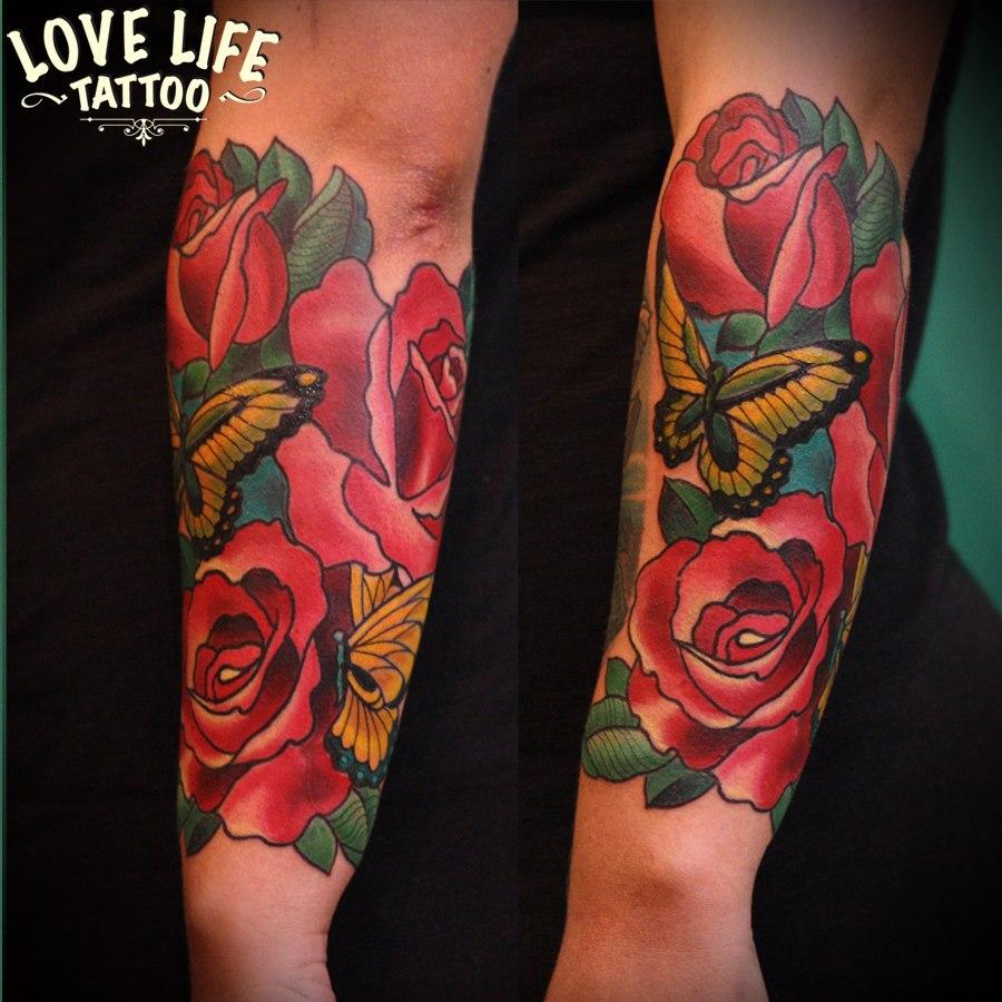 татуировка бабочки в розах