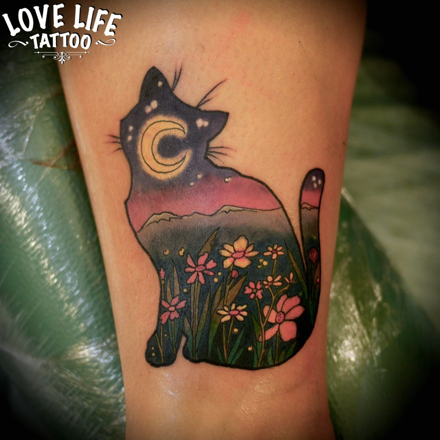 татуировка кошки с пейзажем