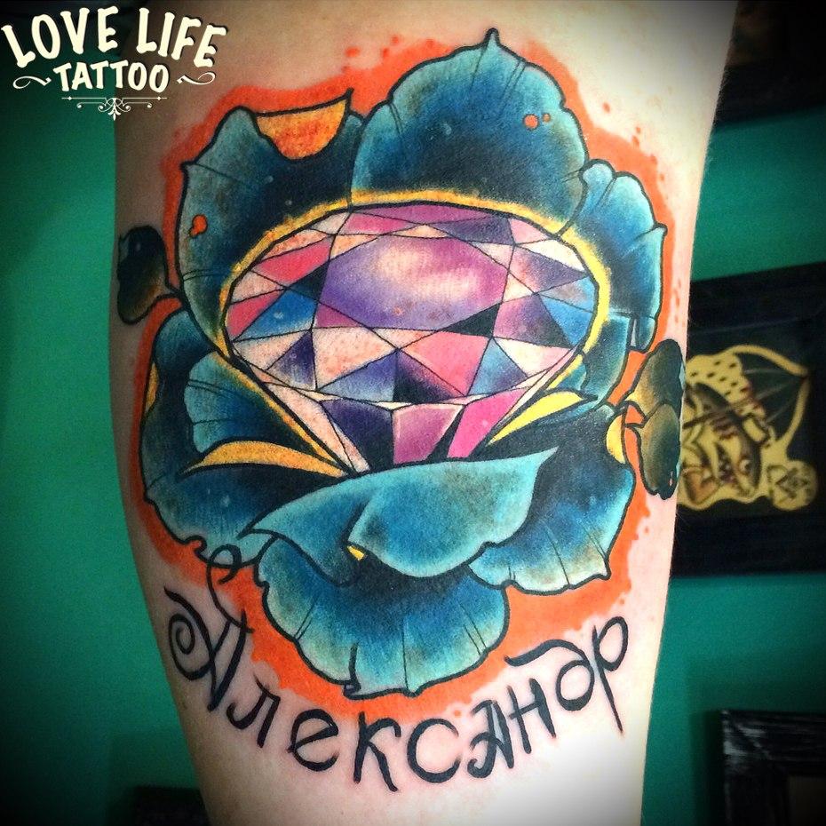 татуировка бриллианта в цветке