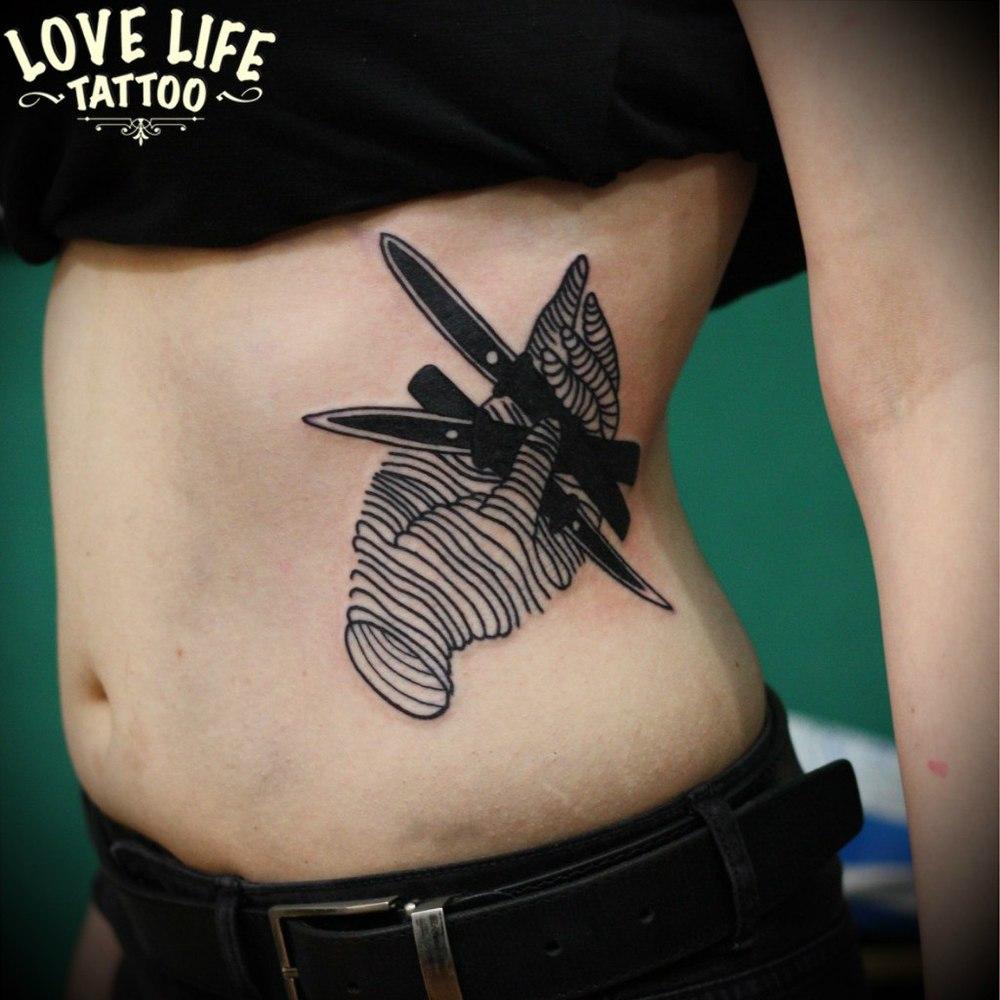 татуировка руки с ножами