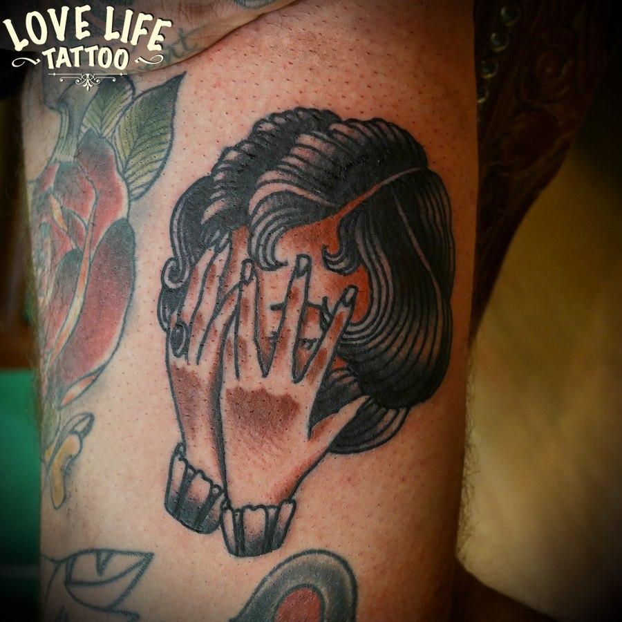 татуировка головы и рук