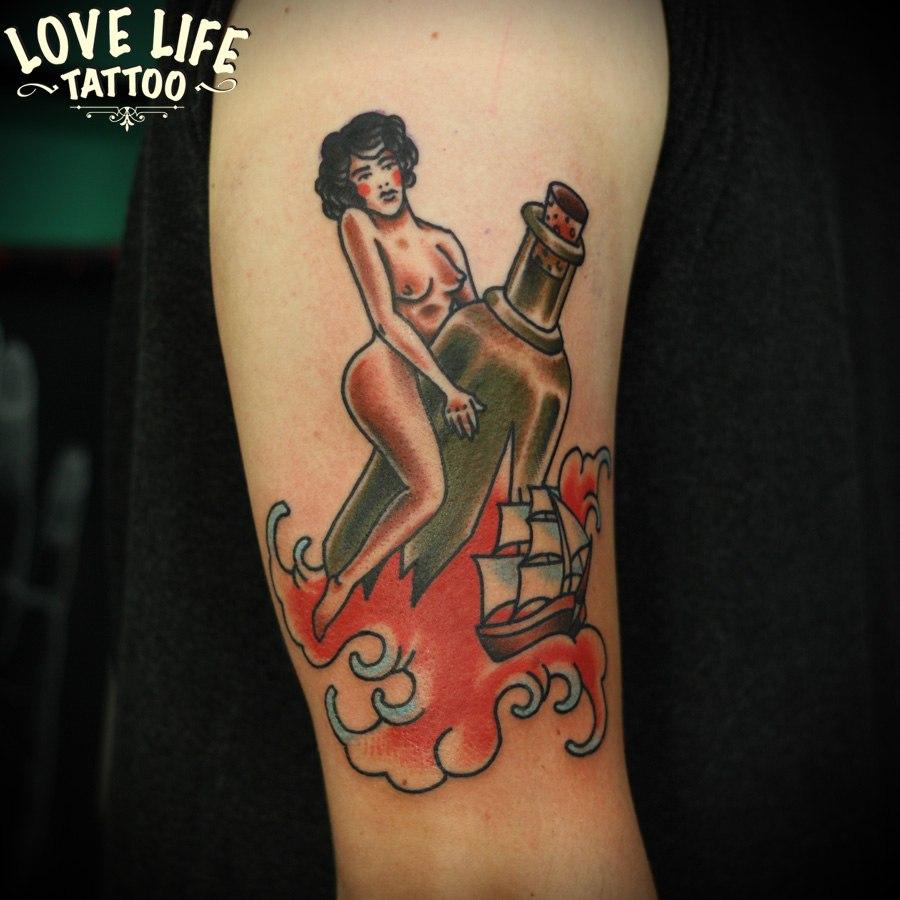 татуировка девушки на бутылке