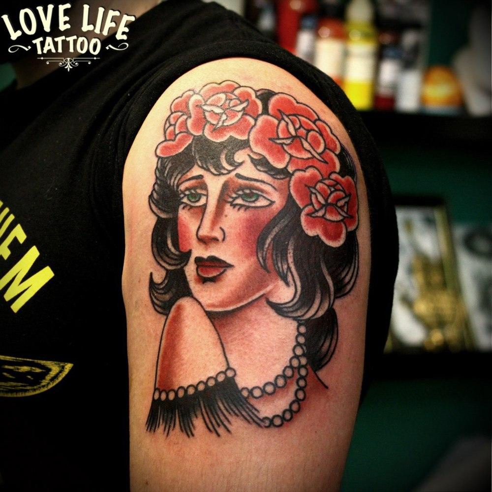 татуировка девушки с цветами
