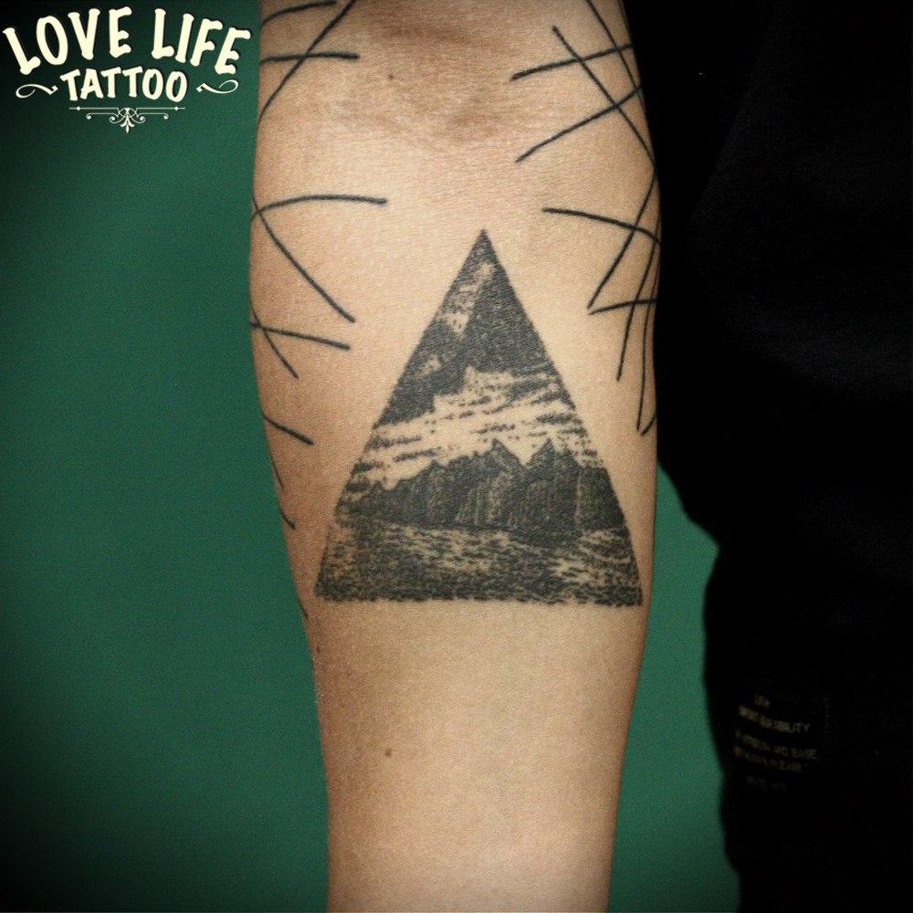 татуировка пейзажа в треугольнике
