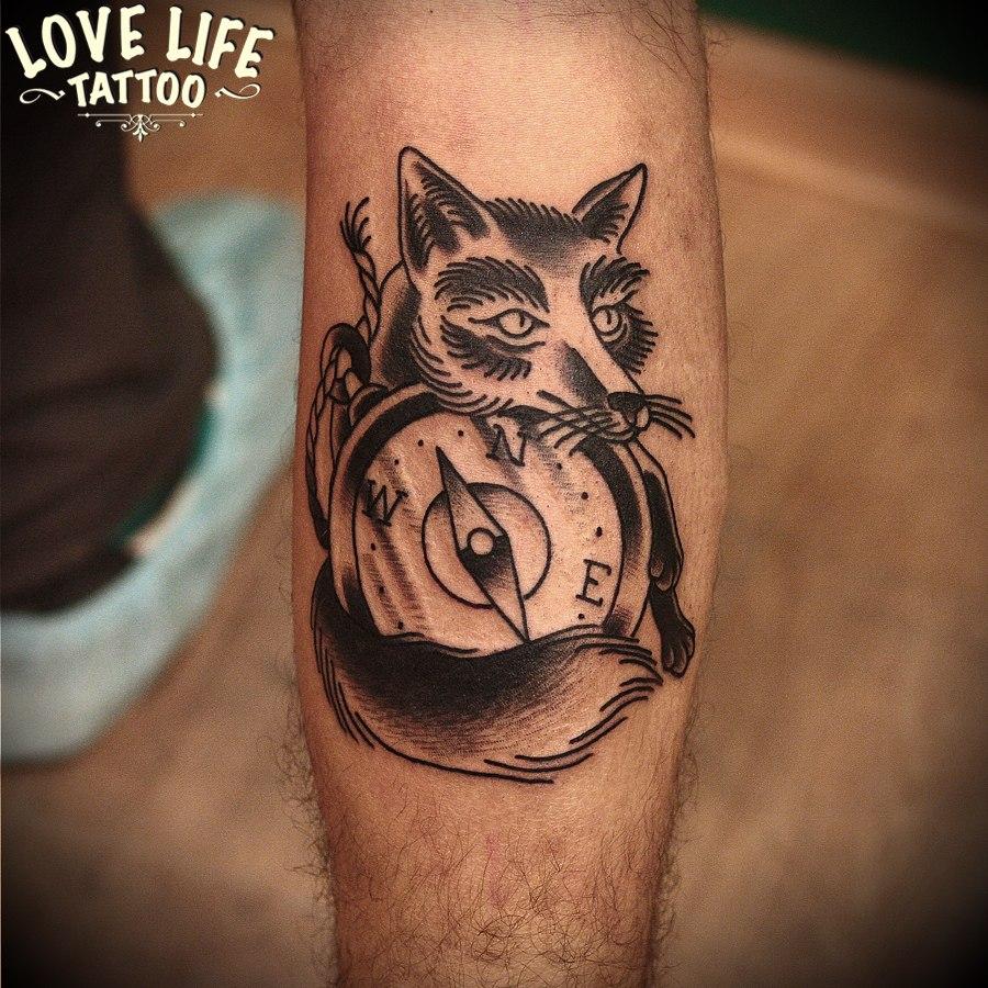 татуировка лисы с компасом