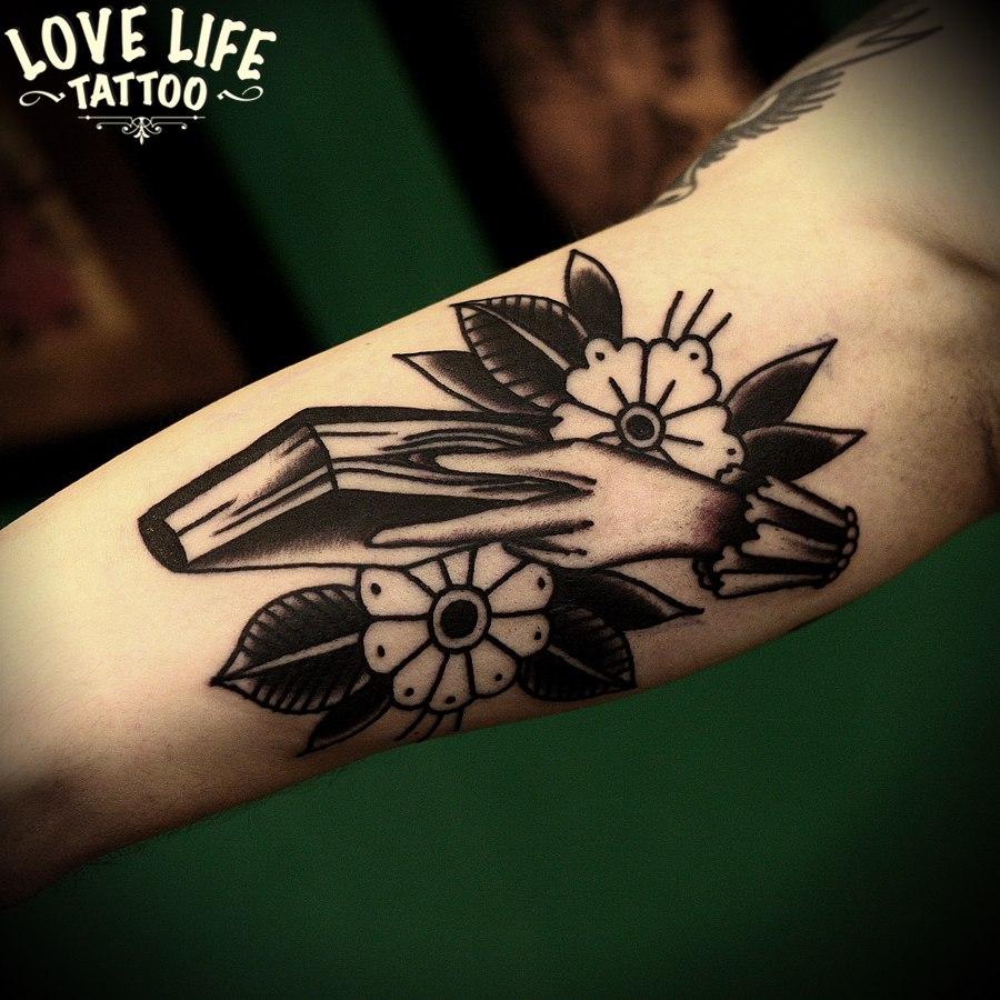 татуировка руки с книгой