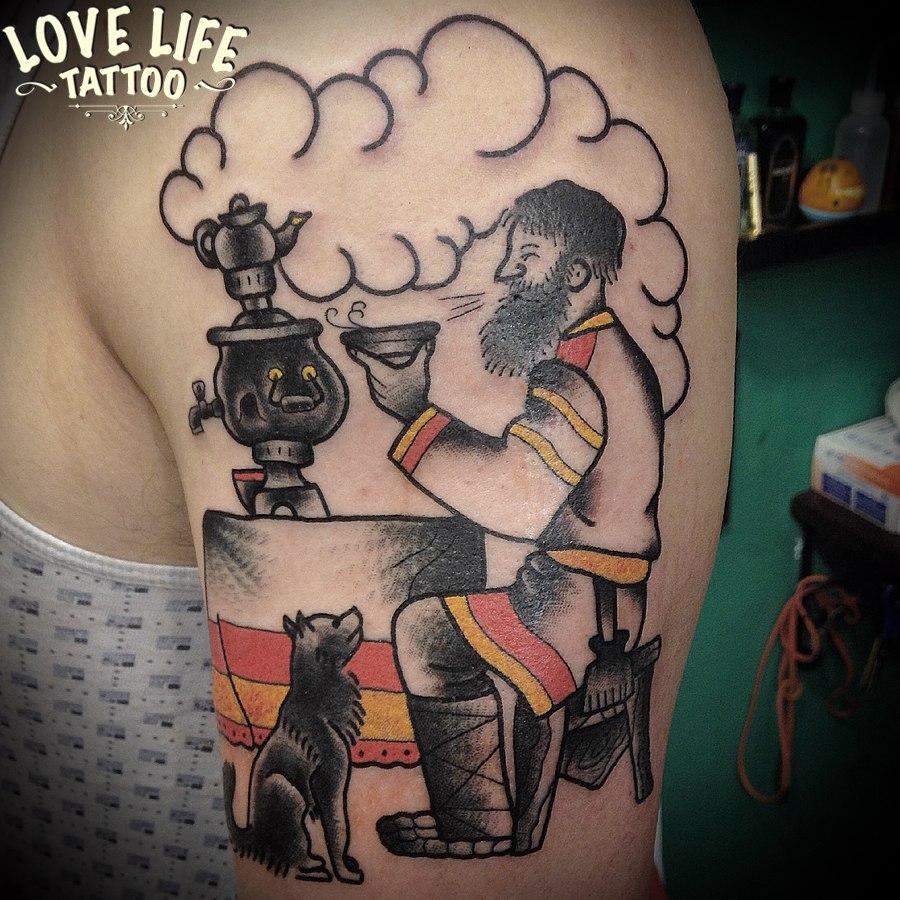 татуировка мужчины с самоваром