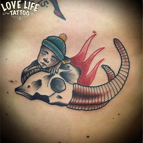 татуировка мальчика с черепом