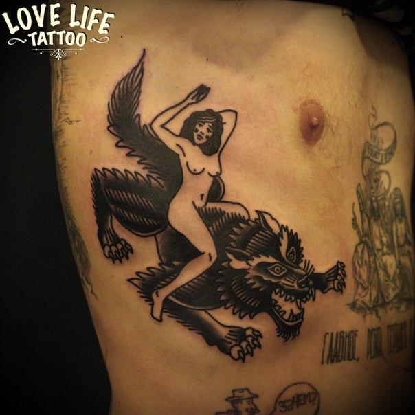 татуировка девушки на волке