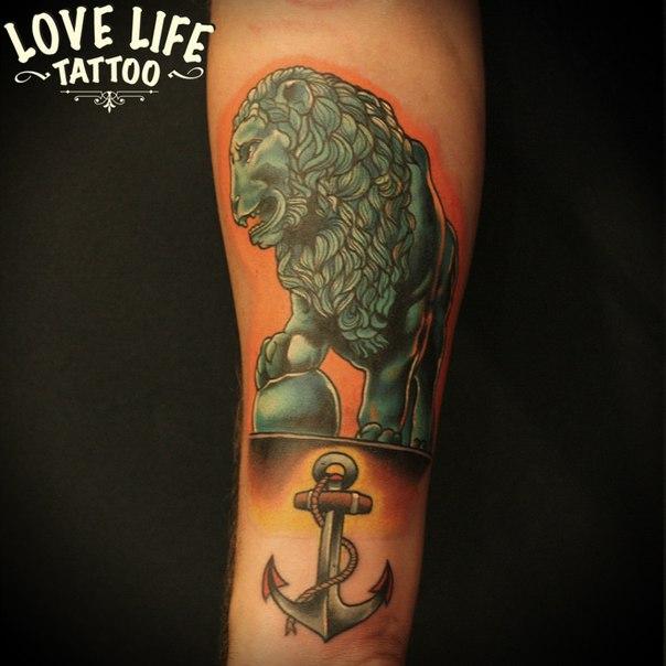 татуировка льва с якорем