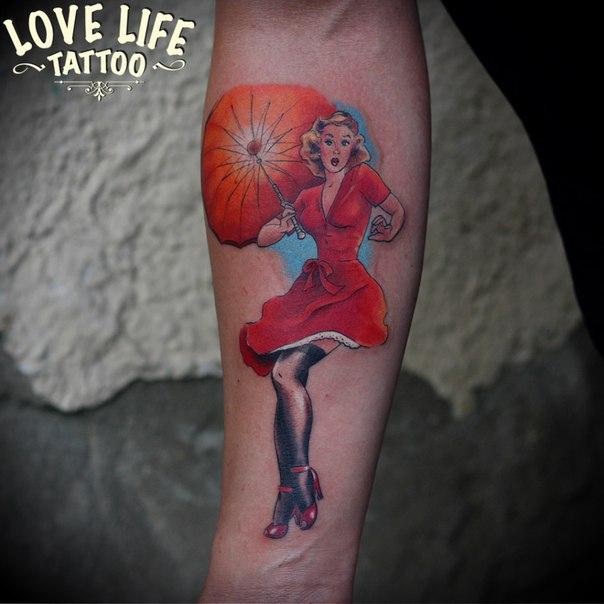 татуировка девушки с зонтом