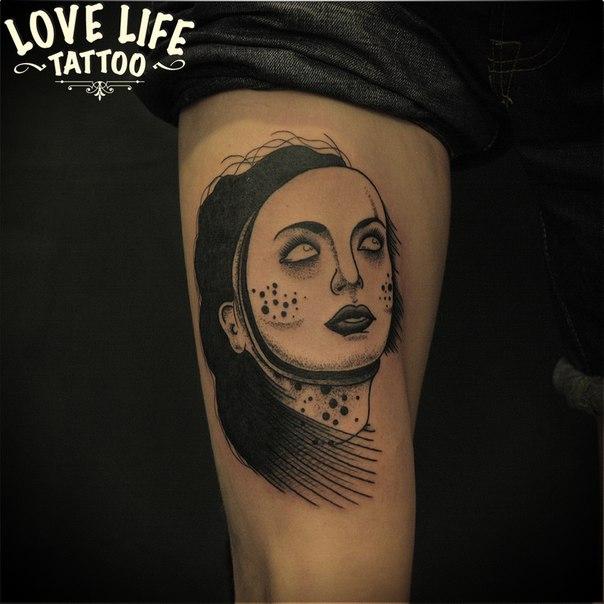 татуировка девушки в маске
