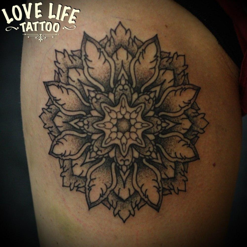 татуировка цветка (мандала)